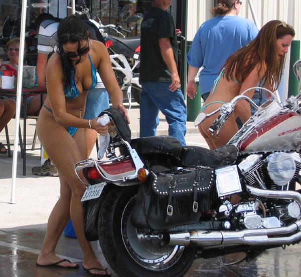 Mulher lavando moto, gostosa lavando moto, babes washing bike, Woman washing bike